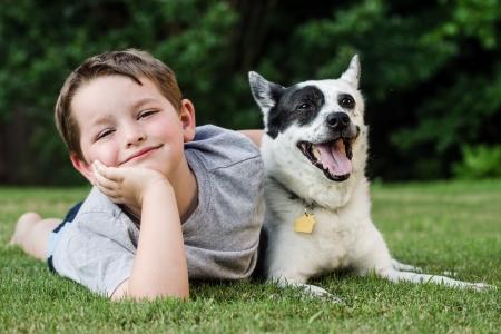 아이 그의 애완 동물 개, 파란색 추종자와 함께 연주