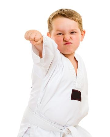 Kind beoefenen van zijn taekwondo moves op wit wordt geïsoleerd Stockfoto