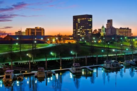 Downtown Augusta, Georgia, langs de Savannah River in de nacht net na zonsondergang Stockfoto