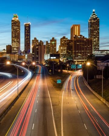 青ミステリー時間中にアトランタのダウンタウンのスカイライン 写真素材