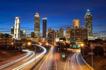 Atlanta skyline podczas zmierzchu niebieskim godzinę
