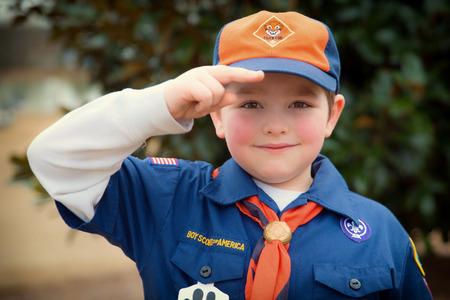 ATLANTA, GA - 8 februari Een onbekend Cub Scout geeft de Boy Scout saluut tijdens een outdoor evenement op 8 februari 2014 Meer dan 1 1 miljoen kinderen in de Verenigde Staten deel aan outdoor Scouting-activiteiten in 2013 Redactioneel
