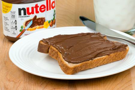 Kruik van Nutella met toast en melk