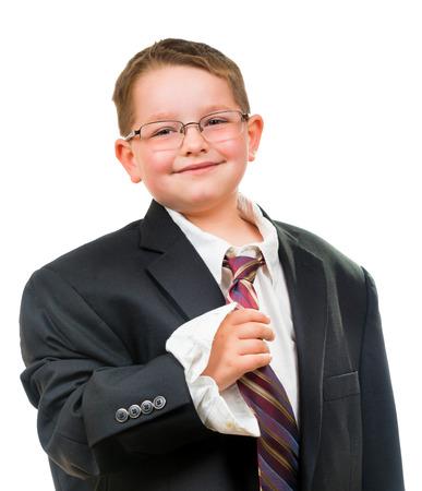 Gelukkig kind dragen pak dat is te groot voor hem