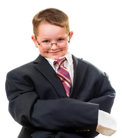 Ernstige kind dragen pak dat is te groot voor hem