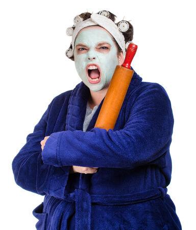 hair rollers: La media y ama de casa fea con la m�scara facial, rulos y rodillo aislado en blanco Foto de archivo