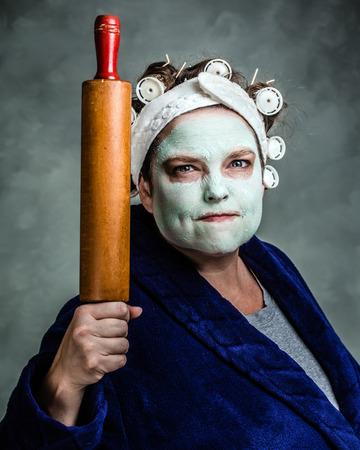 hair rollers: La media y la ama de casa fea con la m�scara facial, rulos y rodillo