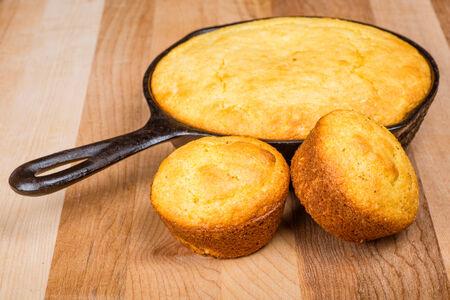 pone: Cornbread muffins and cornbread pone in an iron skillet Stock Photo