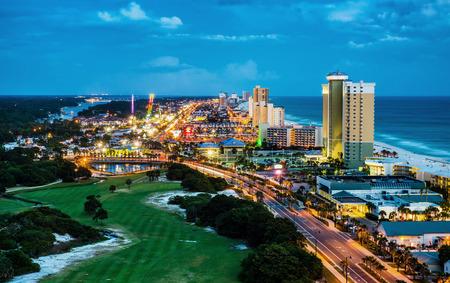 Panama City Beach, Florida, uitzicht op Front Beach Road 's nachts tijdens het blauwe uur