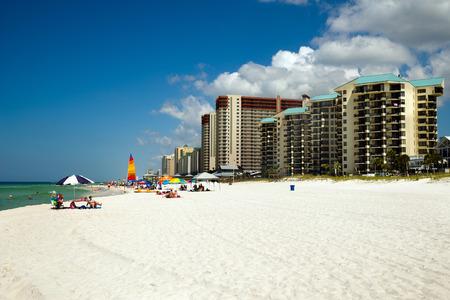 panama city beach: Panama City Beach, FL - 4 giugno Folle punteggiano la spiaggia a Panama City Beach, FL, il 4 giu 2014