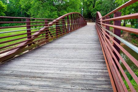 Walking bridge in park on riverfront in Columbus, Georgia 版權商用圖片