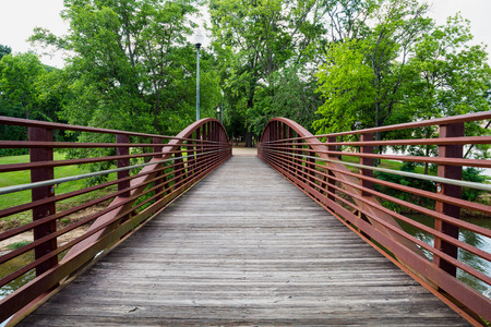 Walking bridge in park on riverfront in Columbus, Georgia 版權商用圖片 - 29044150