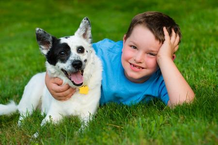 Kind liefdevol omhelst zijn hond Stockfoto - 29044175