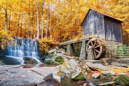 Jesień lub jesień obraz zabytkowego młyna i wodospad w Marietta, GA