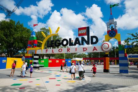 Winter Haven, FL - 18 juni 2014 Bezoekers passeren via de ingang van Legoland Florida in Winter Haven, FL, op 18 juni 2014