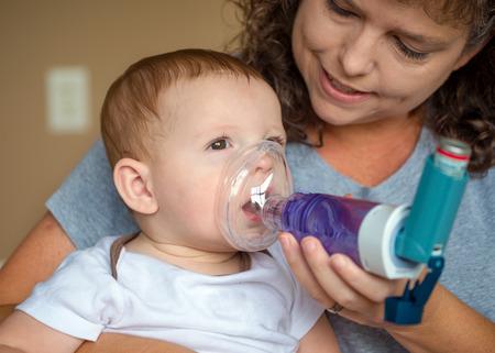 ragazza malata: Infant ottenere respirazione trattamento dalla madre mentre soffrono di malattia