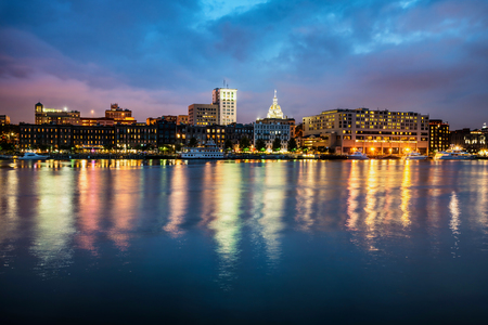 Downtown Savannah , Georgia, along riverfront at night 版權商用圖片 - 32229853