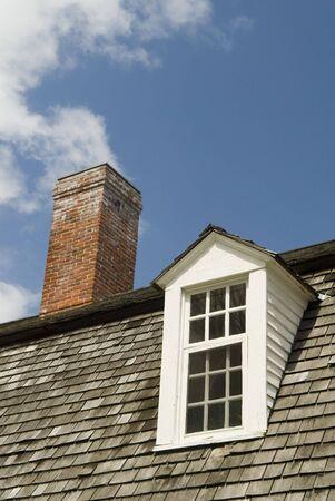 dormer: Cierre de una buhardilla de ventanas y chimeneas