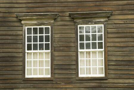 casa colonial: Un par de ventanas en una antigua casa colonial  Foto de archivo