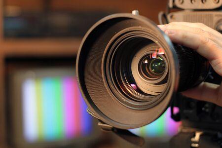 sucher: Closeup Aufnahme des professionellen Video-Kamera, mit der Linse einzoomen.