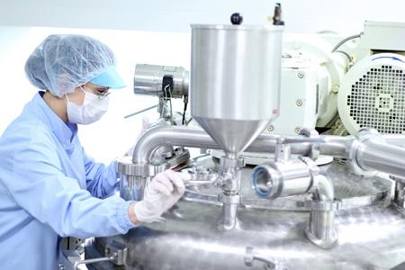 control de calidad: Preparaci�n de la m�quina para el trabajo en f�brica de productos farmac�uticos. Foto de archivo