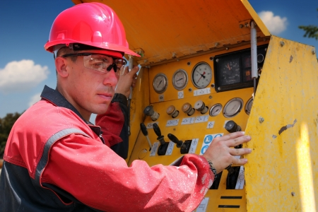 trabajador petroleros: Petr�leo y gas, as� los trabajadores de perforaci�n operan la maquinaria perforadora enfoque selectivo