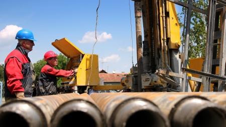 oil  rig: Trivellazione petrolifera lavoratori rig sollevamento aste di perforazione
