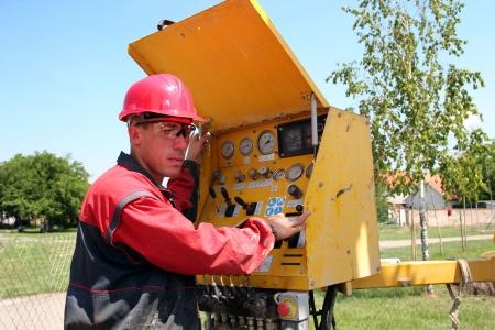 pozo petrolero: El petróleo y gas, así trabajador perforación operar maquinaria plataforma de perforación enfoque selectivo Foto de archivo