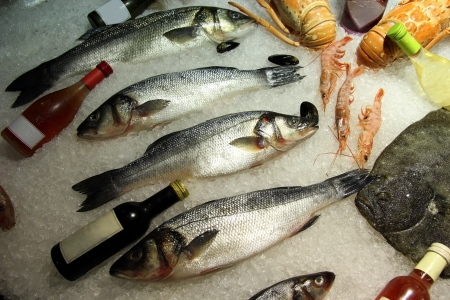 Fresh seafood display on ice in a fish restaurant Stock Photo - 15586927