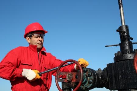 torres petroleras: Oil Rig válvula técnico en el trabajo