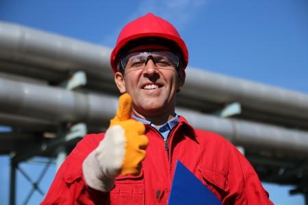trabajador petrolero: Sonreír Trabajador Industrial Dando Pulgar Arriba Foto de archivo