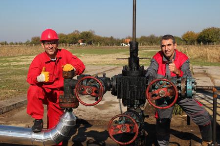puits de petrole: Puits de p�trole et deux travailleurs du p�trole