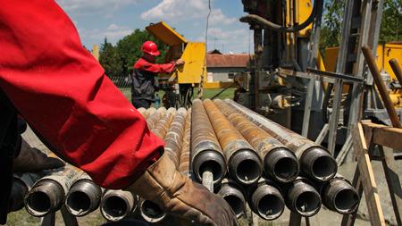 trabajador petrolero: Plataforma de perforación y dos de Trabajadores Petroleros Foto de archivo