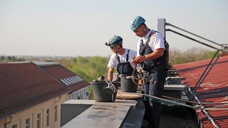 edificio industrial: Escaladores industriales Preparación para Escalada Foto de archivo