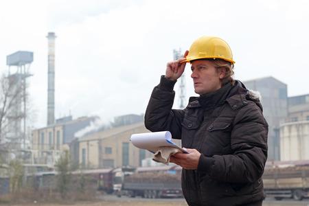 Trabajador industrial con el sujetapapeles Foto de archivo - 37563394