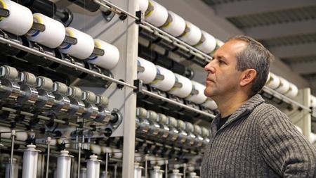 Ingeniero Examinar hilo en Textil Molino Foto de archivo - 51294635