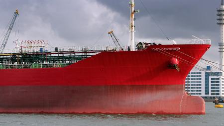 Öltanker im Hafen von Rotterdam kupiert. Große Öltanker im Hafen. Petroleum Schiffsanlegestelle. Rohöltanker im Hafen geladen werden.