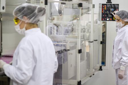 医薬品生産ラインの労働者
