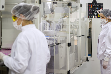 Pharmaceutical Production Line Workers Stockfoto