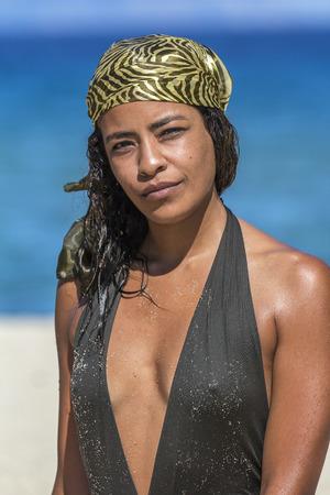pezones: Hermosa mujer árabe en la playa