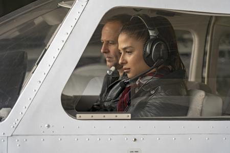 Femme pilote stagiaire et instructeur de vol dans un cockpit d'avion Banque d'images