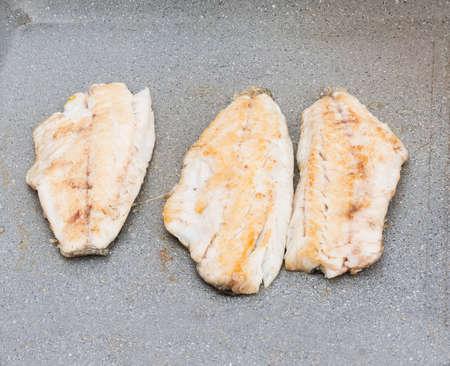 Sur la photo trois filets de dorade cuit sur le gril