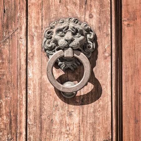tocar la puerta: En la imagen de una puerta llamaron antiguo centro hist�rico medieval de Florencia.