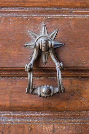 tocar la puerta: En la imagen de una puerta llamaron antiguo centro histórico medieval de Florencia