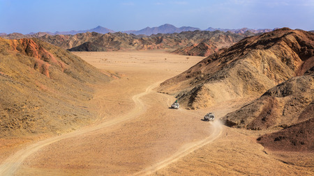 alam: In the picture two jeeps while attraverano the desert rocks Egyptian, a view from above.