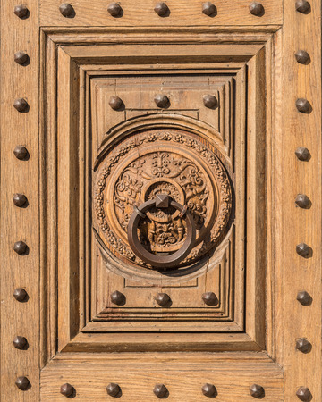 tocar la puerta: En la imagen de una puerta llamaron antiguo centro histórico medieval de Florencia.