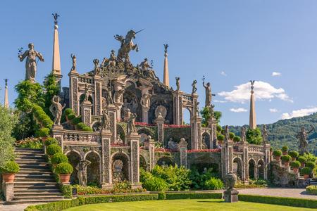 美しい庭園とその素晴らしいバロック様式の彫像、マッジョーレ湖イタリア、ストレーザで描かれたアトランティス島。