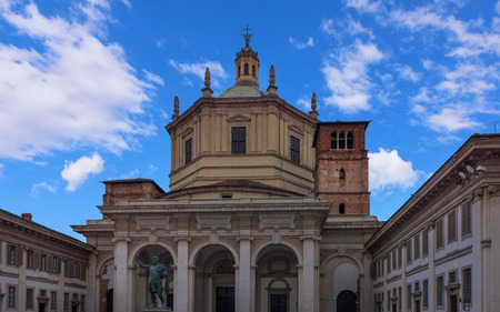 constantin: Saint Lawrence (San Lorenzo ) Cathedral and the statue of Emperor Constantin in Milan