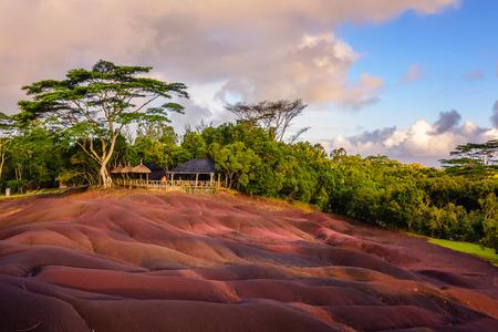 Chamarel siete tierras de colores. Parque natural, el lugar turístico más famoso de la isla de Mauricio. Foto de archivo