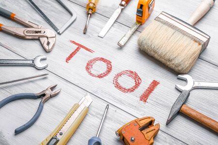 Set di strumenti di lavoro su fondo in legno rustico con scritta